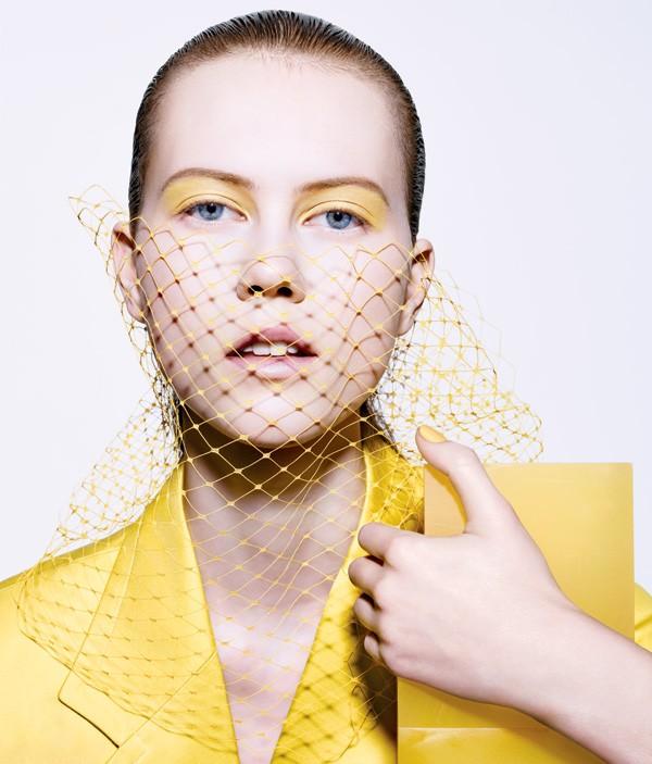 Quanso usar o amarelo intenso nos olhos, dispense o blush e a máscara para cílios (Foto: Richard Burbridge)