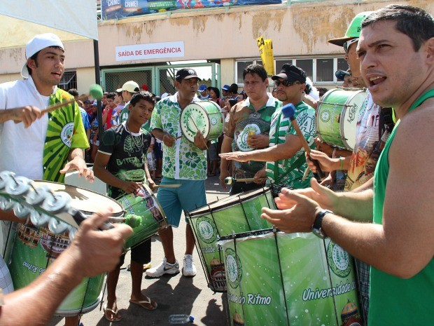 Torcedores da Mocidade Independente de Aparecida apoiaram e comemoraram  decisão  (Foto: Jamile Alves/G1 AM)
