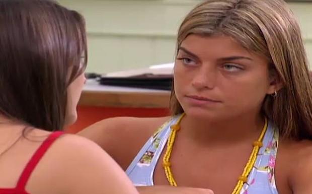 Jaque conta para Amanda que vai atrapalhar a feira para deixar todos os que estão precisando de nota com raiva de Betina