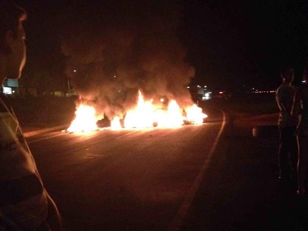Manifestantes bloquearam a rodovia em Severínia (Foto: Heloísa/TEM Você)