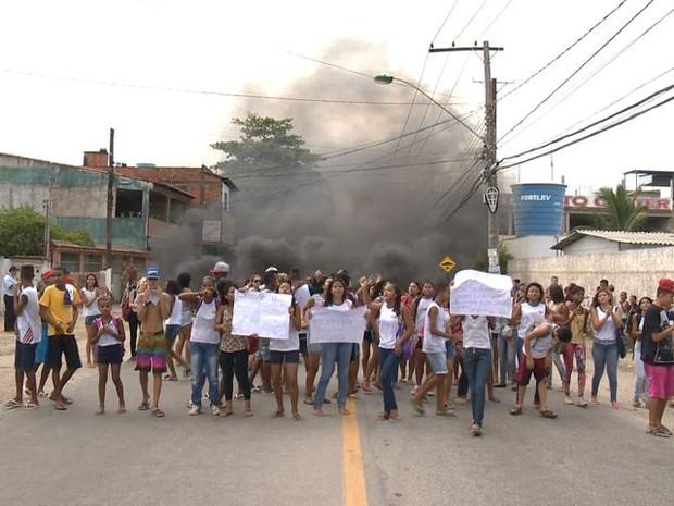 Alunos fecharam via em protesto  (Foto: Reprodução/ TV Gazeta)