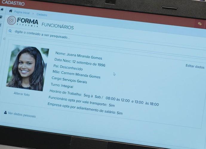 Ricardo vê a data de nascimento de Joana e fica intrigado (Foto: TV Globo)