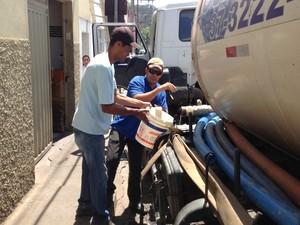 Copasa usa caminhão-pipa para abastecer a população em Itapecerica (Foto: Ricardo Welbert/G1)