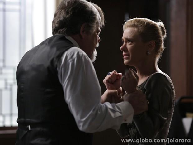 Loira solta a fúria para cima do marido (Foto: Ellen Soares/TV Globo)