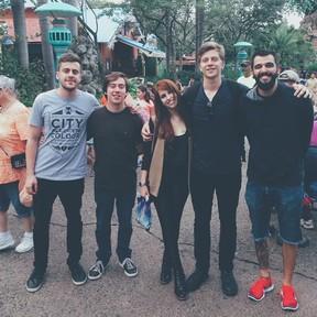Victoria ao lado do namorado e dos outros integrantes da banda Scalene (Foto: Reprodução/Instagram)