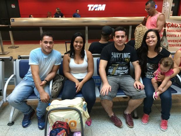 Leonardo aguardava com sua família a abertura para o check-in (Foto: Fernanda Rouvenat / G1)