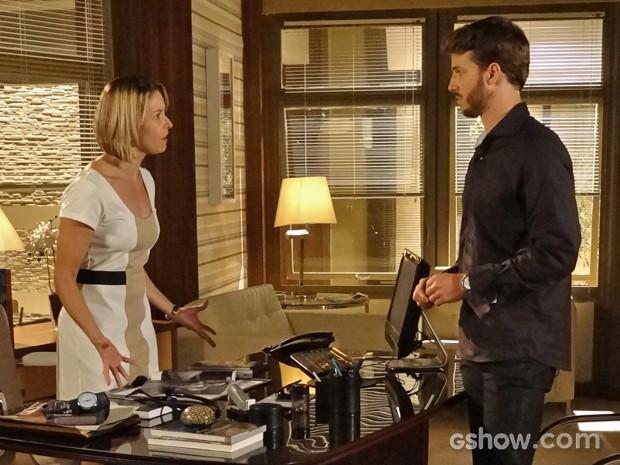 Silvia desabafa com Gabriel e confessa que nunca quis se casar (Foto: Em Família/ TV Globo)