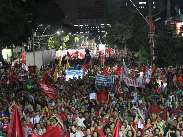 Avenida Conde da Boa Vista, na região central do Recife, é tomada por manifestantes a favor do governo Dilma Rousseff, nesta quinta (31) (Foto: Aldo Carneiro/Pernambuco Press)