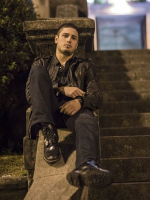 Daniel Rocha aproveita as vantagens da solteirice (Foto: Paulo Belotte / TV Globo)