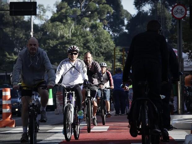Ciclistas inauguram pista exclusiva na Avenida Paulista neste domingo (Foto: Caio Kenji/G1)