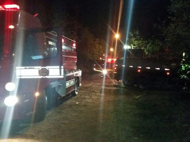 Bombeiros foram acionados para controlar o fogo  (Foto: Polícia Militar/ Divulgação)