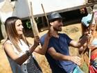 Top Fernanda Motta desce do salto e joga capoeira com direito a samba