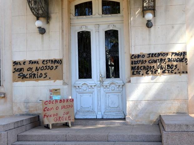 Pedido de ajuda foi colocado em porta dos fundos de prédio da USP em Piracicaba  (Foto: Fernanda Zanetti/G1)