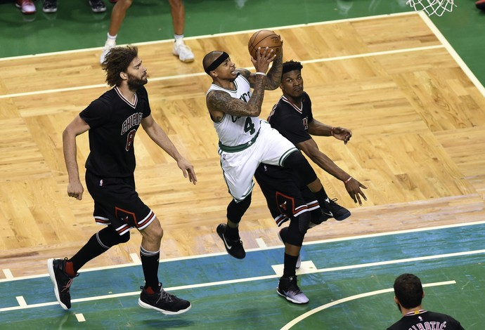 Isaiah Thomas voa para mais uma cesta do Boston Celtics contra os Bulls (Foto: Reuters/Bob DeChiara-USA TODAY Sports)