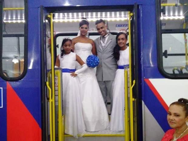 Casal dentro de ônibus acompanhado das damas de honra (Foto: Arquivo Pessoal )