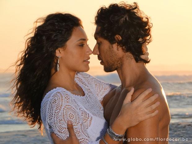 Taís e Lino trocam olhares durante ensaio feito por Carol (Foto: Flor do Caribe / TV Globo)