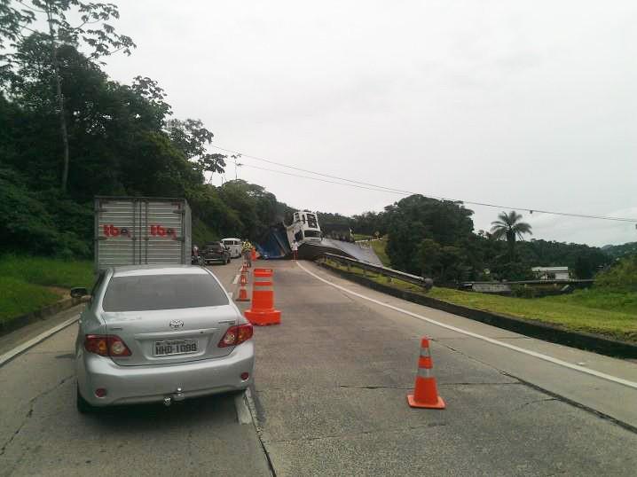 Tombamento da carreta na BR-040 deixou o trânsito em meia pista na manhã deste sábado (26) (Foto: Pedro Brasil / Arquivo pessoal)