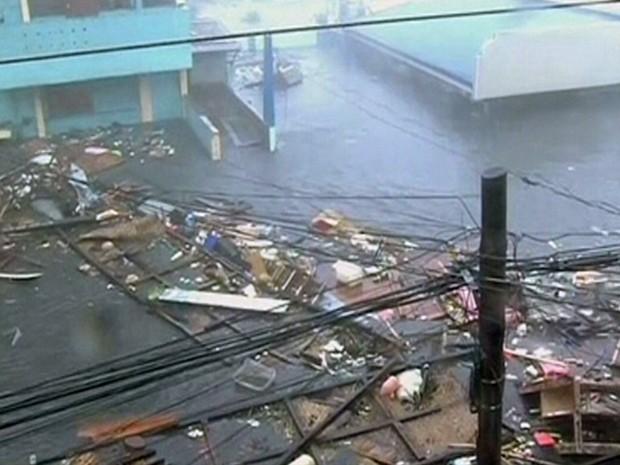 Destroçoes flutuam em uma estrada coberta pela inundação provocada pelo supertufão Haiyan, na cidade de Tacloban, nas Filipinas, neta sexta-feira (8). (Foto: Reuters)