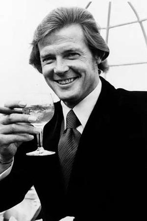 Roger Moore, que interpretou James Bond nos cinemas, apreciando um Dry Martini (Foto: Reprodução)