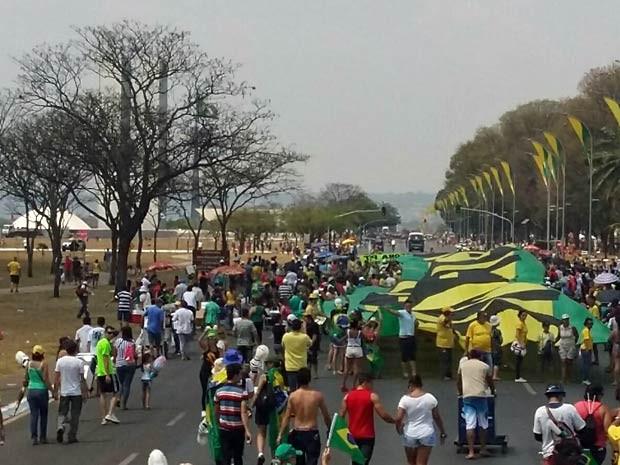 Manifestantes contrários ao governo de Dilma Rousseff protestam em Brasília (Foto: Isabella Calzolari/G1)
