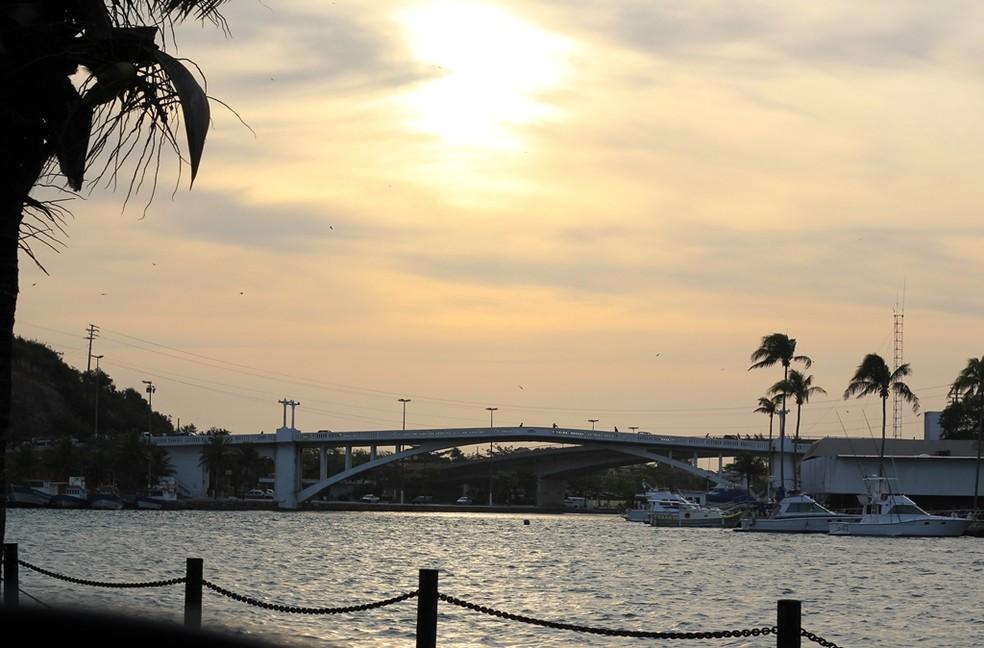 Ponte Feliciano Sodré segue em funcionamento em Cabo Frio, RJ (Foto: Lia Navarro/G1)
