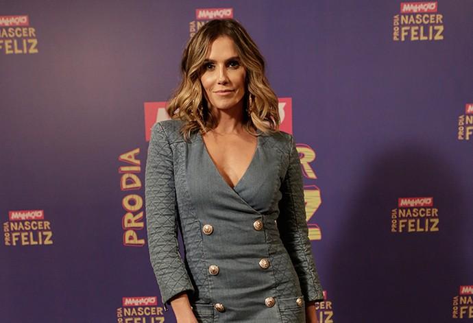 Débora Secco arrasa em look jeans total (Foto: Fábio Rocha / Gshow)