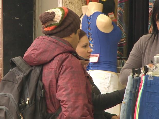 Moradores tiraram os agasalhos do armário em São José dos Campos. Temperatura está 8ºC abaixo do normal para esta época do ano. (Foto: Reprodução/TV Vanguarda)