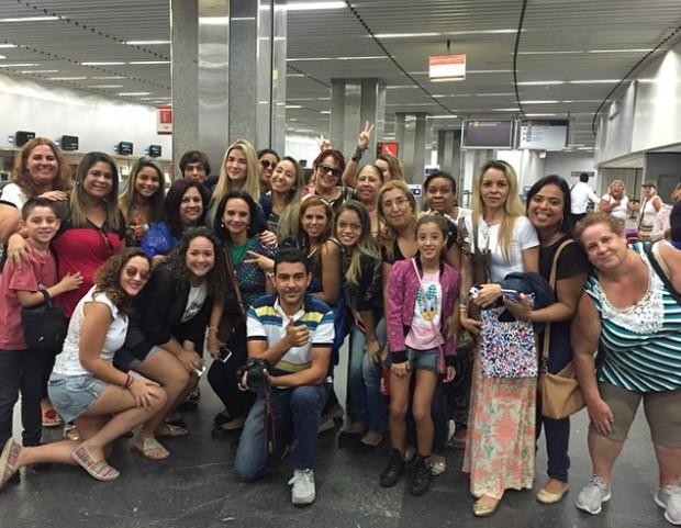 Aline Gotschalg com fãs (Foto: Reprodução / Instagram)