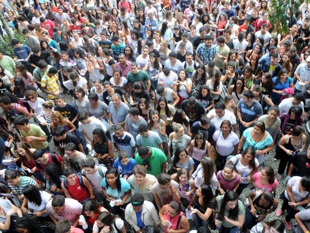 Estudantes esperavam portão da Uerj abrir no primeiro dia de prova do Enem no RJ (Foto: Alexandre Durão / G1)
