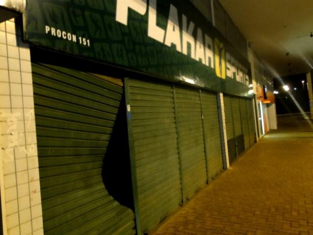 Porta do loja foi arrombada pelos suspeitos para furtar chuteiras (Foto: Polícia Militar/Divulgação)