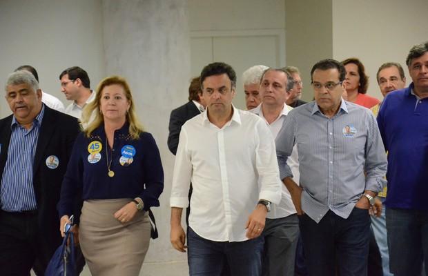Acompanhado por assessores, Aécio Neves caminha visivelmente abatido no Aeroporto Internacional de Natal (RN), após saber da morte de Eduardo Campos. (Foto: Júnior Santos / Tribuna do Norte / Agência O globo)