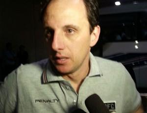 Rogério Ceni concede entrevista na saída do Kashima Stadium (Foto: Carlos Augusto Ferrari / GLOBOESPORTE.COM)