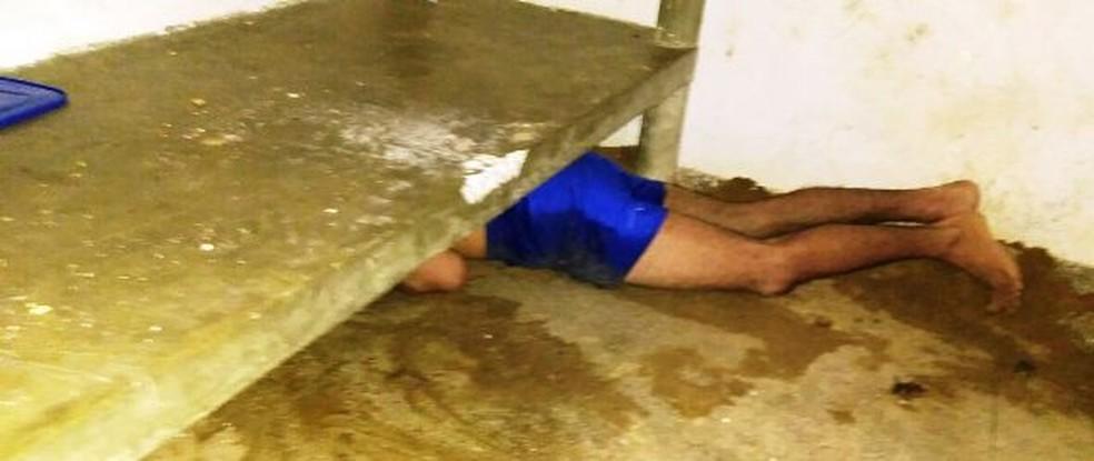 Preso ficou com braço 'entalado' em buraco nesta quarta (20) na Penitenciária de Caicó  (Foto: Divulgação/Sejuc )
