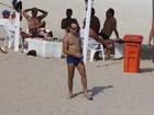 Sozinho, Roger Flores vai à praia no Rio