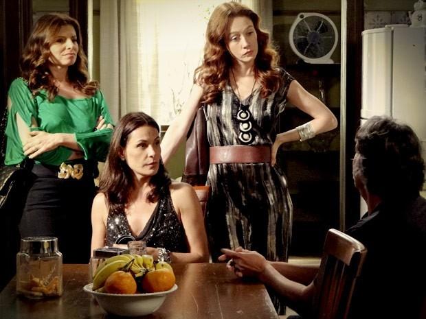 Cada esposa com seu estilo! Assim Cadinho não tem do que reclamar (Foto: Avenida Brasil / TV Globo)