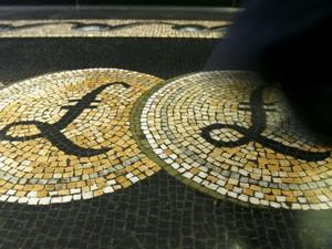 Símbolo da libra esterlina em frente ao Bank of England, em Londres (Foto:  REUTERS/Luke MacGregor)