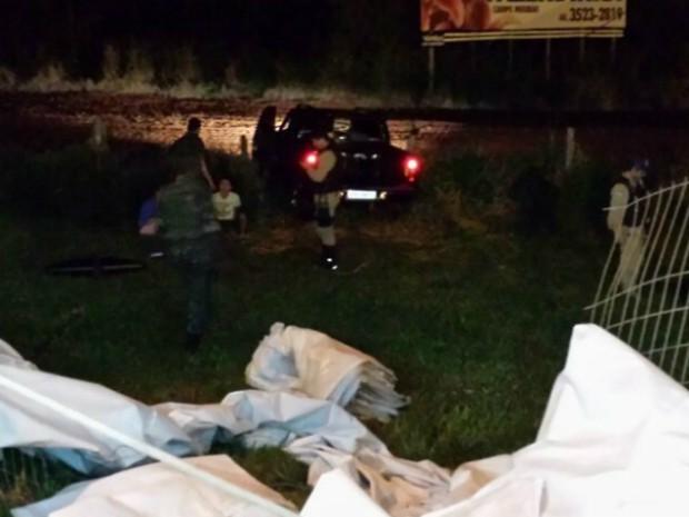 Caminhonete desgovernada invadiu tenda de fiscalização, passou por cerca e bateu em outra (Foto: PRF / Divulgação)