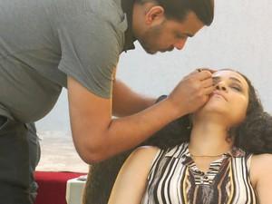 Mulher é maquiada antes do ensaio fotográfico (Foto: Mariane Rossi/G1)
