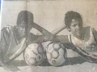 Gabriel ainda menino jogando bola na vizinhança (Foto: Arquivo pessoal)