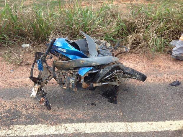 Passageira da moto morreu ainda no local do acidente (Foto: Amaral Seixas/Rondoniavip)