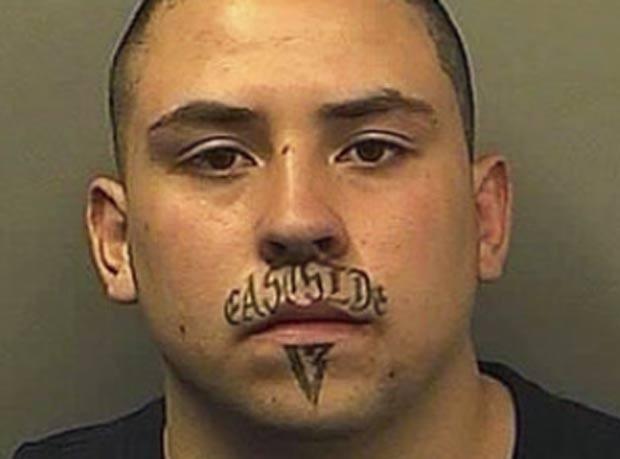 Anthony Brandon Gonzales foi preso após roubou uma casa em 2010 no estado do Colorado (EUA). Ele foi reconhecido por sua tatuagem no rosto. Gonzales traz as palavras 'East Side' (lado leste, em Português) escritas no 'bigode' e o número 13 abaixo do lábio inferior (Foto: AP)