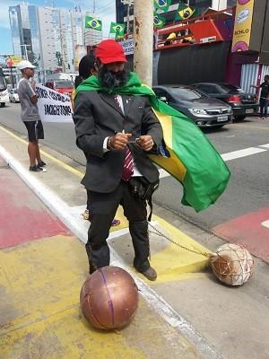 """O comerciante Pedro Fernandes foi fantasiado de """"Lula preso"""" para o protesto (Foto: Suely Melo/G1)"""