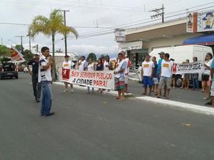 Servidores pedem reajuste salarial em Cananeia (Foto: Rinaldo Rori/G1)