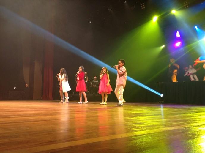 """No fim do show, todos cantaram juntos o """"hino' da Rafa Gomes: """"A História de Uma Gata"""" (Foto: Divulgação/RPC)"""