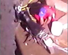Preso lava moto de um funcionário do presídio (Foto: Reprodução)