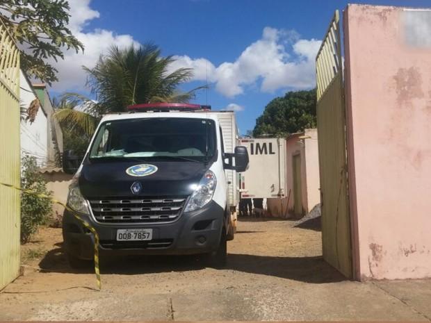 Crime aconteceu em casa do Jardim Riviera, em Goiânia (Foto: Marianna Pinheiro/ TV Anhanguera)