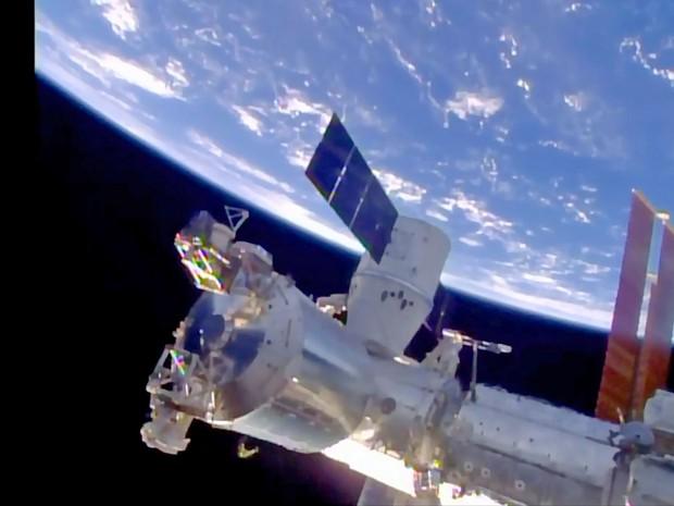Cápsula Dragon da SpaceX na Estação Espacial Internacional (Foto: Nasa/AFP)