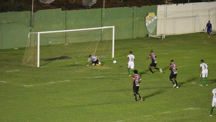 Tiago Lima faz o gol do Coruripe no jogo contra o Santa Rita (Foto: Glauber Valente/mundodabolasmc.com.br)