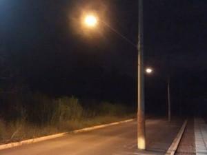 Poste também foi deixado na Avenida Zezico Peçanha depois de pavimentação (Foto: Arquivo Pessoal)