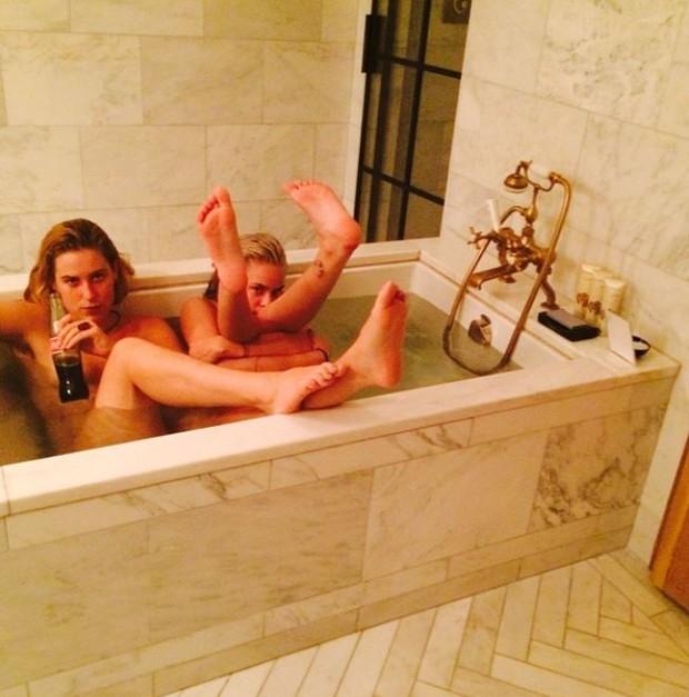 Tallulah e Scout Willis na banheira (Foto: Reprodução/ Instagram)